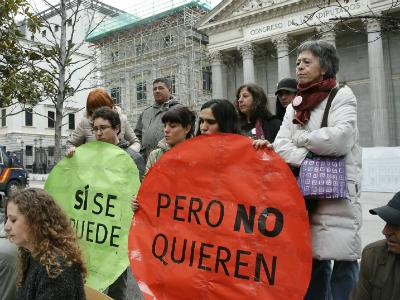 Miembros de la PAH de Madrid durante una rueda de prensa frente al Congreso de los Diputados.- EFE